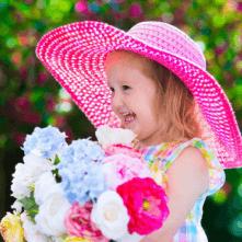 Ein Kind freut sich über einen Geburtstagsstrauß
