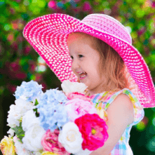 ein Kind freut sich über verschickte Blumen