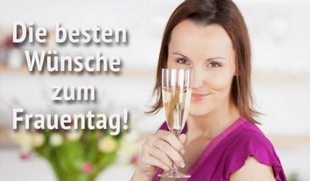 Eine Frau mit Sektglas zum Frauentag