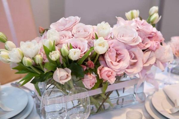 rosa Rosen als Tischdekoration