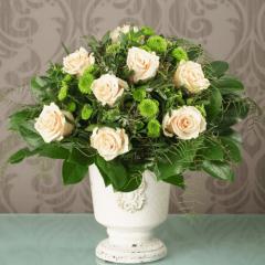 Blumenstrauß mit Rosen und Santini im Kelch